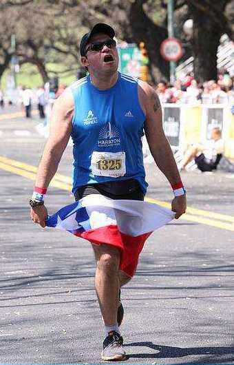 Pablo Carrizo llegando a la meta en el Maratón de Buenos Aires
