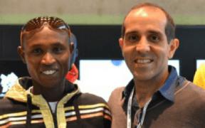 Carlos Jiménez con Geofrei Mutai