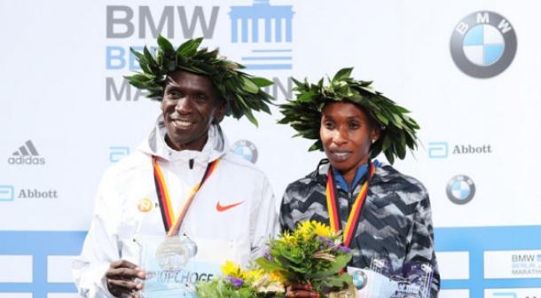 Kenia se rinde a Eliud Kipchoge tras batir récord mundial de maratón