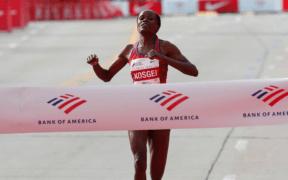 La keniata Brigid Kosgei cruza la meta en el Maratón de Chicago