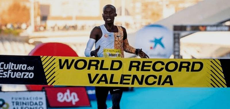 Cheptegei bate récord mundial de 10 kilómetros en Valencia