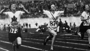 Betty Robinson, atleta norteamericana, después del accidente aéreo corriendo en el equipo de relevos 4x100m en las olimpiadas de 1936