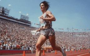 Joan Benoit cerca de terminar su carrera en el Maratón Olímpico de 1984 por SoyMaratonista