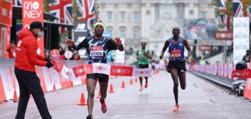 Kitata cruza la línea de meta en Maratón de Londres 2020